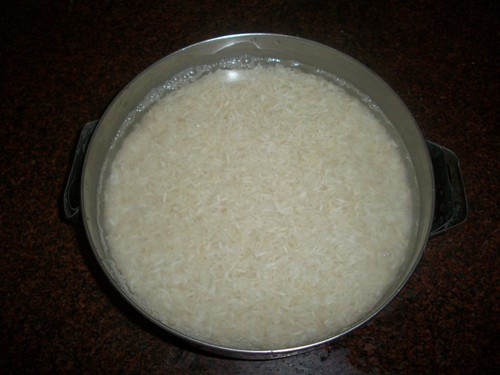 نقع الرز بالماء البارد